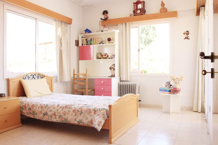 Colourful room near Paphos airport - Paphos - Rumah