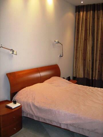 Сдаётся 3-х комнатная квартира (130 м2) в аренду. 3-спальни, гостиная - кухня, 2 санузла, охраняемая территория.