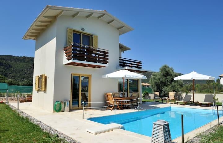 Villa Smaragdi BLUE, ideal for couples & families,close to Ai Giannis beach