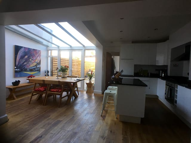 Large private room in sunny flat - Londra - Daire