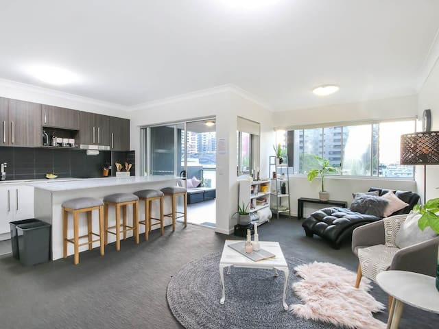 CHIC 2BD APARTMENT IN TRENDY NEWSTEAD