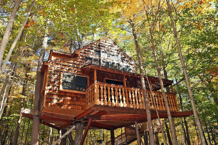 Luxurious Two-Story Treehouse | Minutes from Skiing | Peaceful