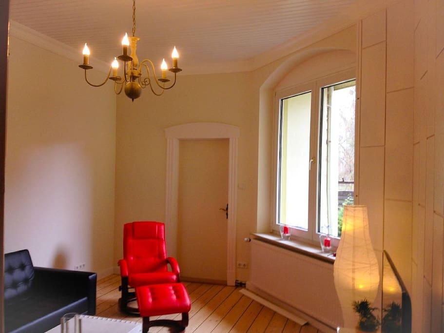 Wohnzimmer mit bequemen Relaxsessel