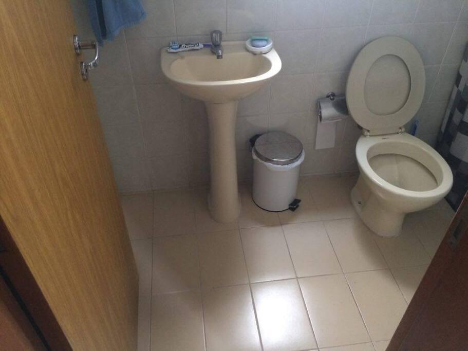 O banheiro social fica reservado para os hóspedes.