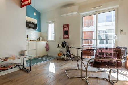 Bel appartement climatisé plein centre et parking.