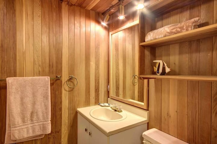 Bathroom with shower/Salle de bain avec douche