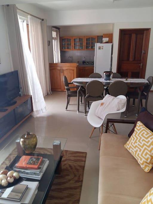 - Le salon est rattaché avec la cuisine, incluant la télé et une grande table à manger pour dix personnes. - the living room is attached the kitchen, including the tv room and a dining table for  person