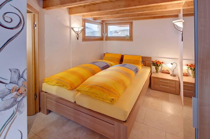 Schlafzimmer im Erdgeschoss mit privatem Badezimmer (Dusche/WC)