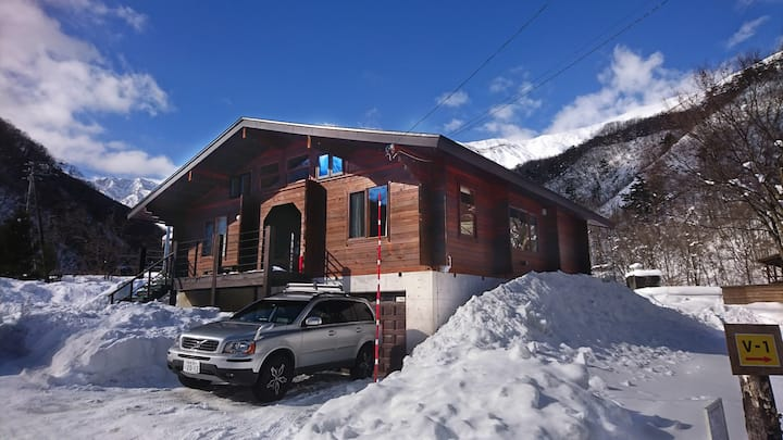 Woodpecker Chalet 3 bedroom LOG HOUSE with a CAR