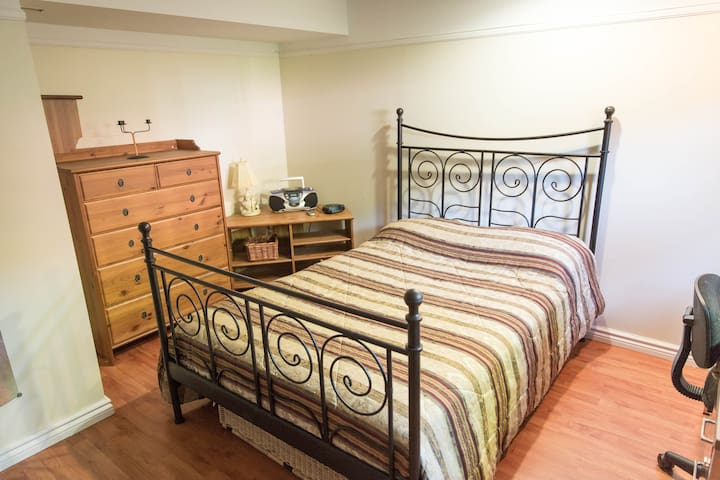 Chambre spacieuse et confortable - Brossard