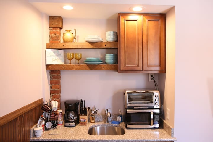 Cozy kitchen with many amenities!