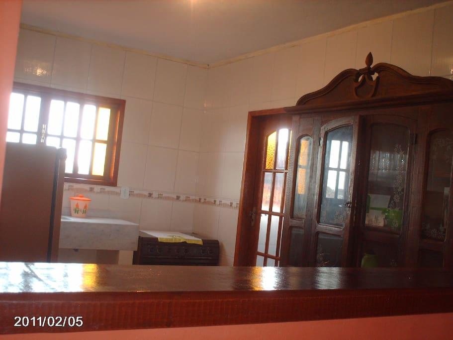Cozinha arejada e iluminada. Reserve somente direto com o proprietário