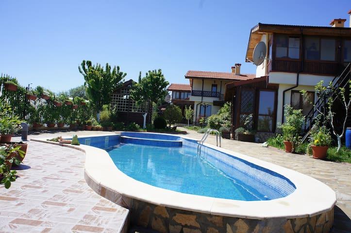 Комфортный дом с бассейном в поселке рядом с морем - Aleksandrovo - Ev