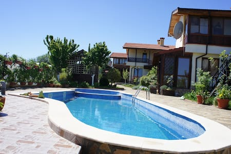 Комфортный дом с бассейном в поселке рядом с морем - Aleksandrovo