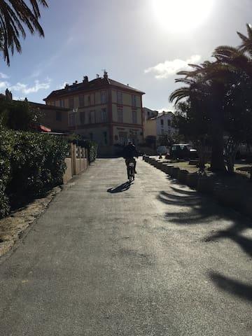 Voilier à quai, île de Porquerolles