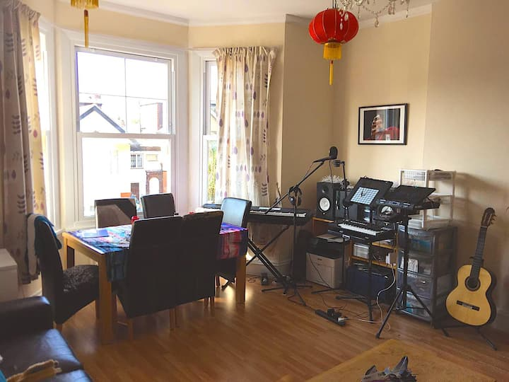 Bright King Sized Bedroom in Spacious 2 Bed Flat