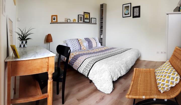 Chambre avec TV, salle d'eau et petit dej' offert