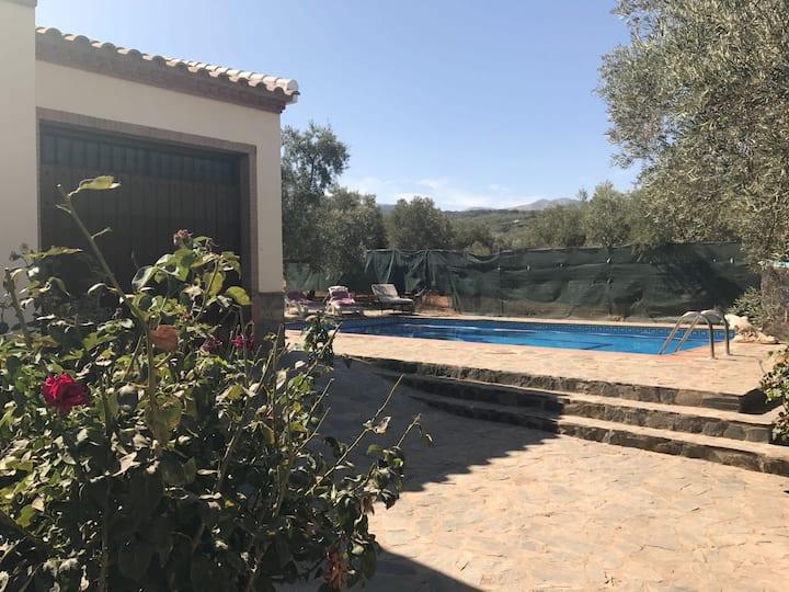 Tranquila casa rural con piscina privada.