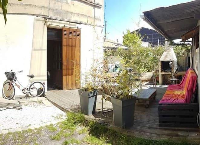 Maison de ville avec terrasse, barbecue et parking