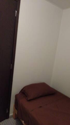 Contamos con un cuarto dormitorio junto al área de lavado....en caso de tener invitados o sobrepasar el cupo máximo de huéspedes en el alojamiento