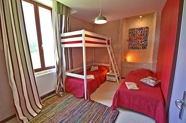 chambre 2 (zone séparée au 1er étage du mas avec chambre 3 et salle de bains  2 et wc indépendant)