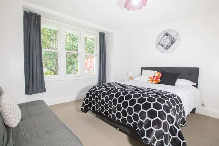 Bedroom: has a Queen size bed and a 1.3X1.9 meter size sofa bed;