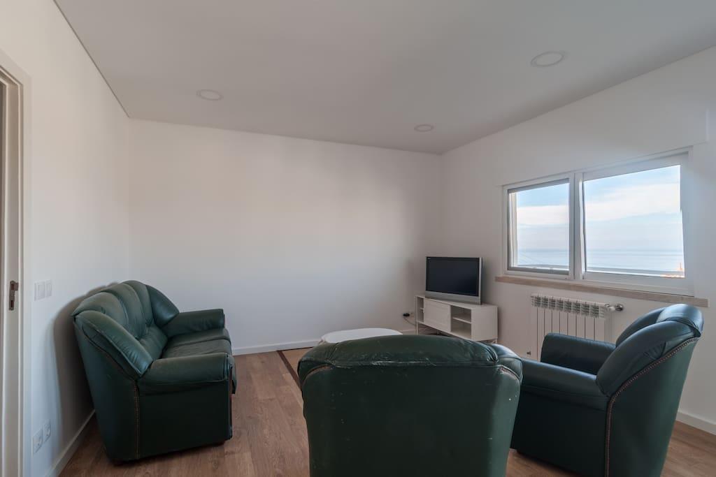 sala de estar con vista a la playa y la ciudad