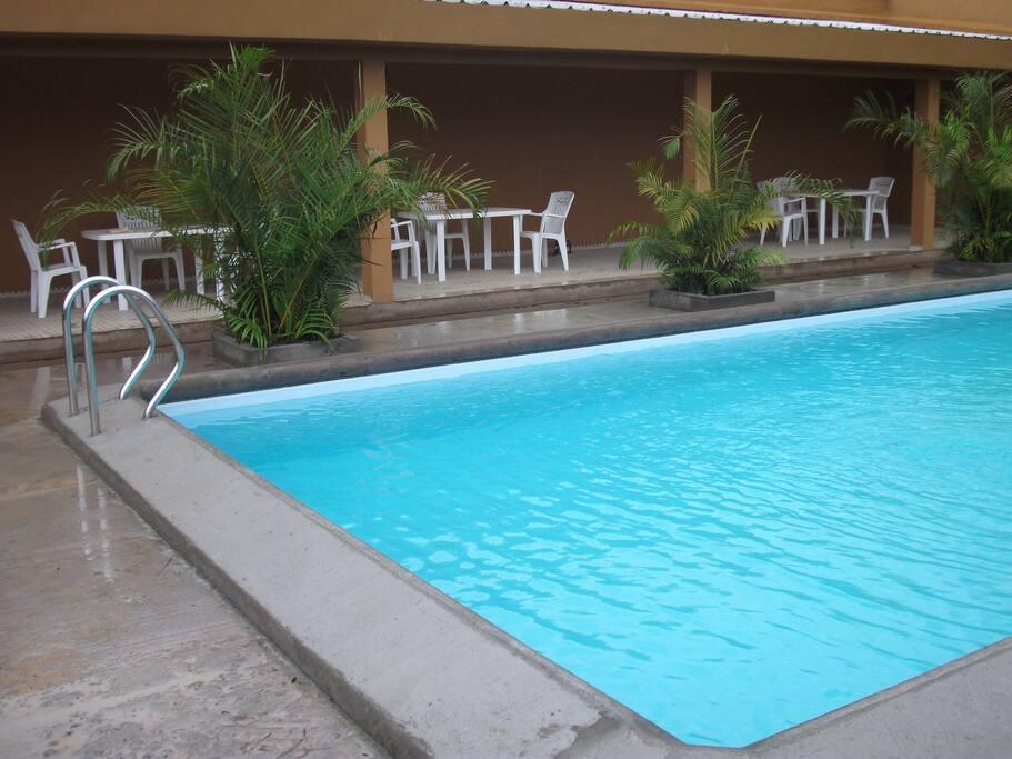 Hall de relaxation et de repas devant la piscine