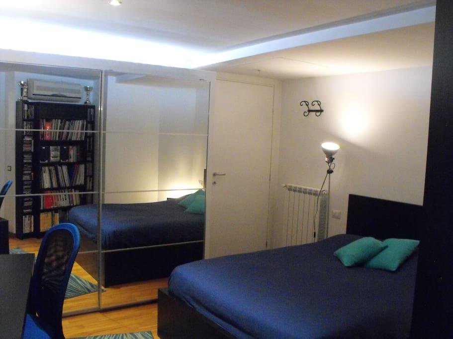 Porta di accesso,  armadio a specchio, letto matrimoniale alla francese (larghezza  cm. 145) con materasso nuovissimo,...