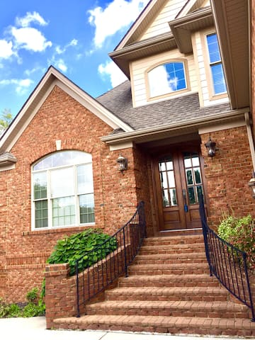 Large, Luxurious, 9 Beds, 3.5 Baths, Green Space