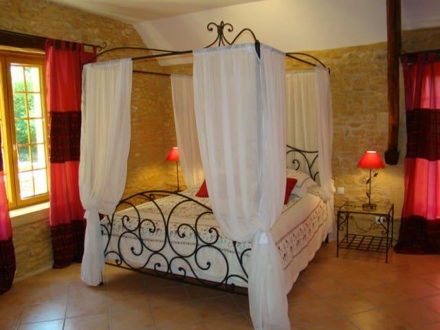 chambres d'hôtes de la noyeraie   - Saint-Amand-de-Coly - Bed & Breakfast