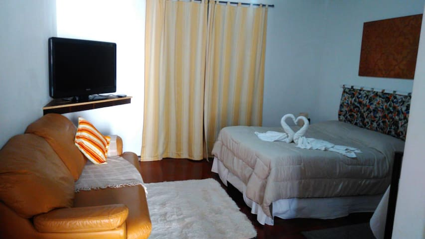 Apartamento Master, é a combinação perfeita de funcionalidade e conforto. Apartamento amplo com cama box, sofá, frigobar, luz natural com vista para o jardim, Canais a cabo, entrada privativa e aquecedor elétrico (opcional).