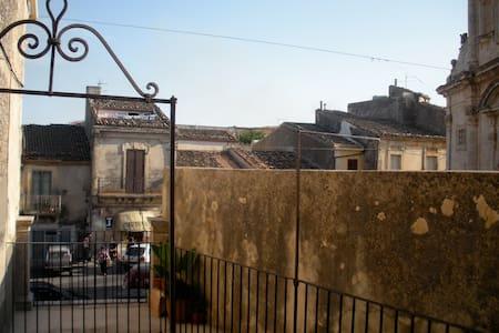 Romantic two-room flat - historic downtown - Palazzolo Acreide - Apartment - 1