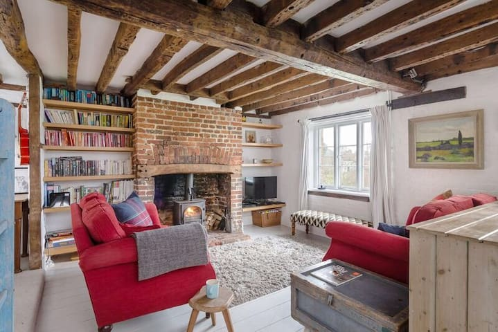 Lavender Cottage in Aldbury with log fire. WiFi