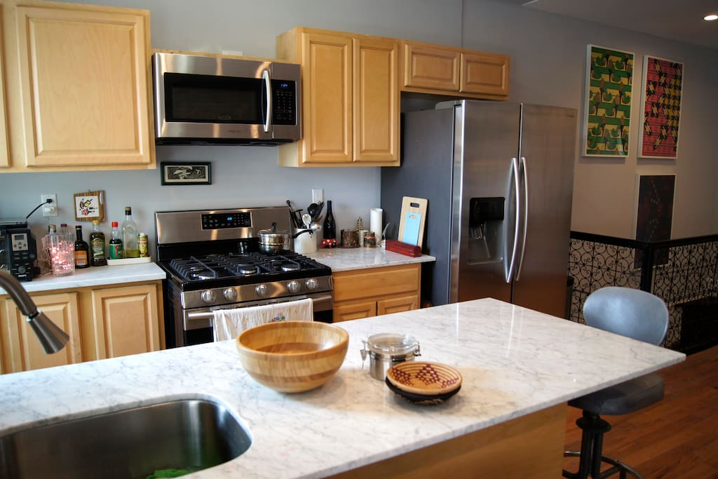 Fully-equipped kitchen w/ microwave, full oven, dishwasher
