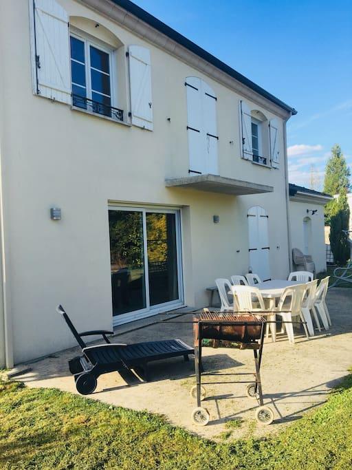 Terrasse avec salon de jardin barbecue et transat  Grand jardin avec balançoire