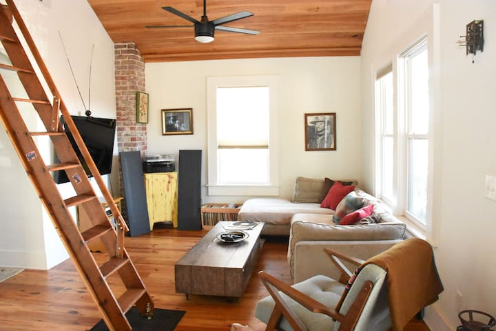 Downtown. Cypress Loft! Great for Groups!