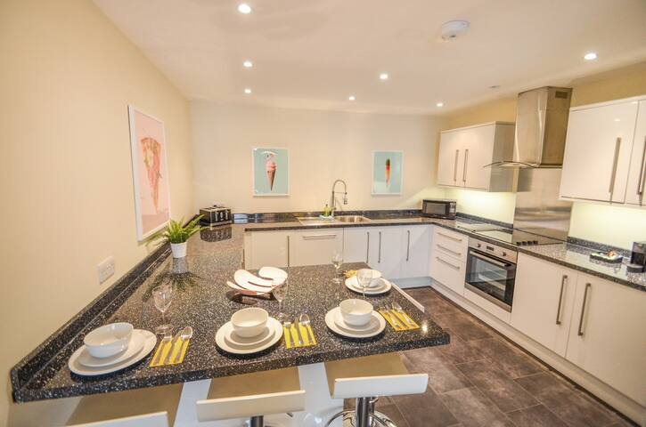 The Swans - Spacious new-build 2 bed Notts apartment. Parking.