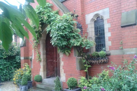 Large Private Suite in Beautiful Church Conversion - Worksop - 独立屋