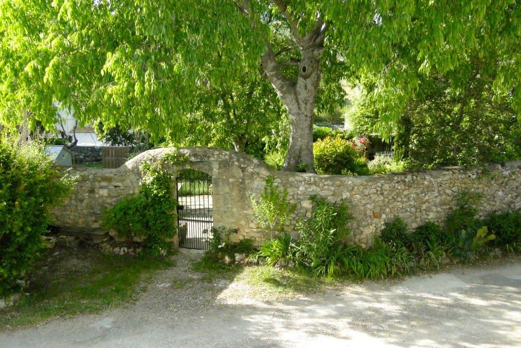 l'entrée du jardin vue de l'extérieur
