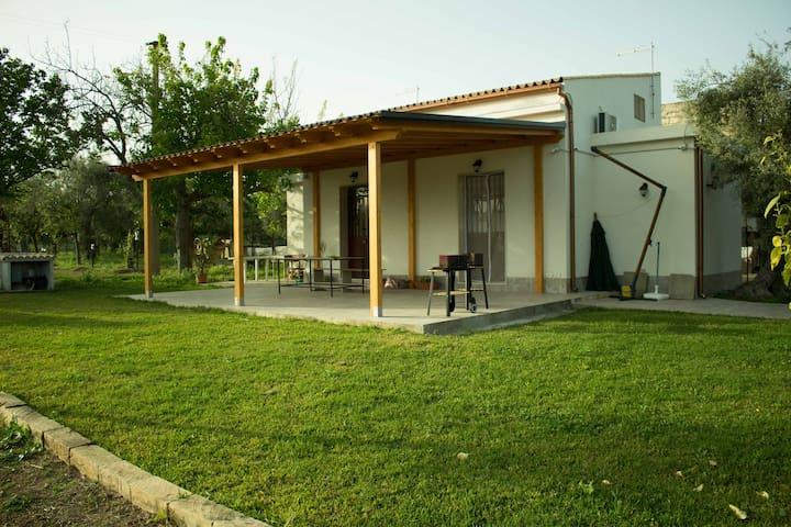 Prospetto Villetta con veranda coperta e prato