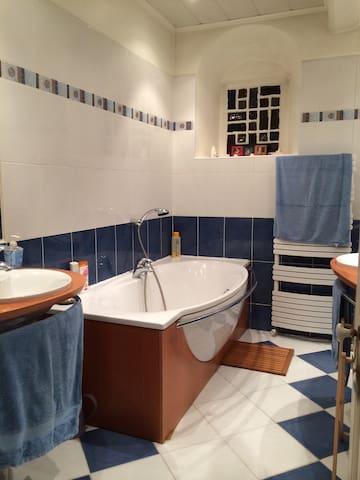 Salle de bain attenante à la chambre avec vue piscine