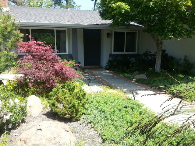 Sunny, quiet room in cozy home - Walnut Creek - Hus