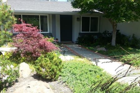 Sunny, quiet room in cozy home - Walnut Creek - Talo