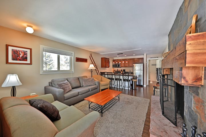 Perfect for couples or a small family - walk to restaurants/festivals - community pool/hot tub