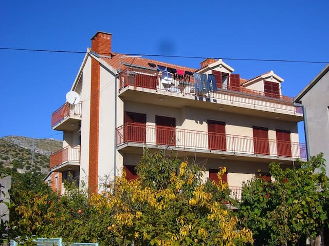 Huge Apartment away from the bustle - Trogir - Bed & Breakfast