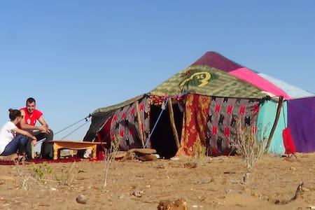 Bivouac nomade dans le Sahara marocain