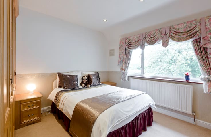 Chic guest room with excellent decor & fine linen. - Farnham Royal - Casa