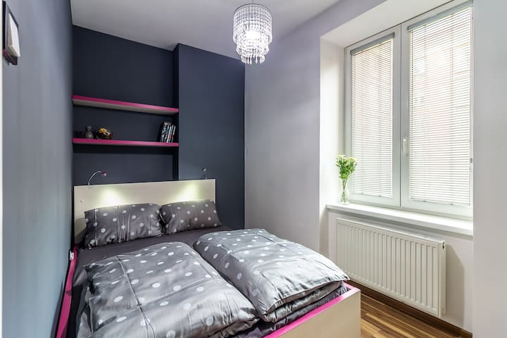 Separate bedroom with comfortable double bed. / Uzamykatelná oddělená ložnice s pohodlným dvojlůžkem.