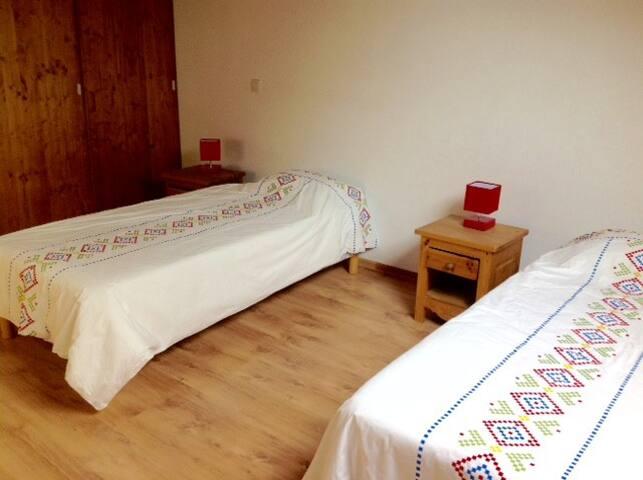chambre 2 lits simples avec placards